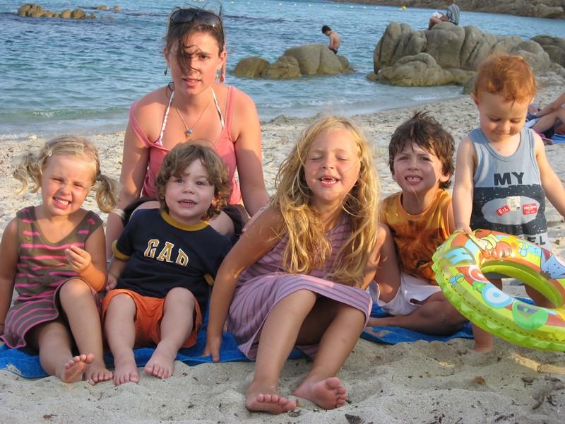 Une baby-sitter qui s'occupe des enfants en vacances