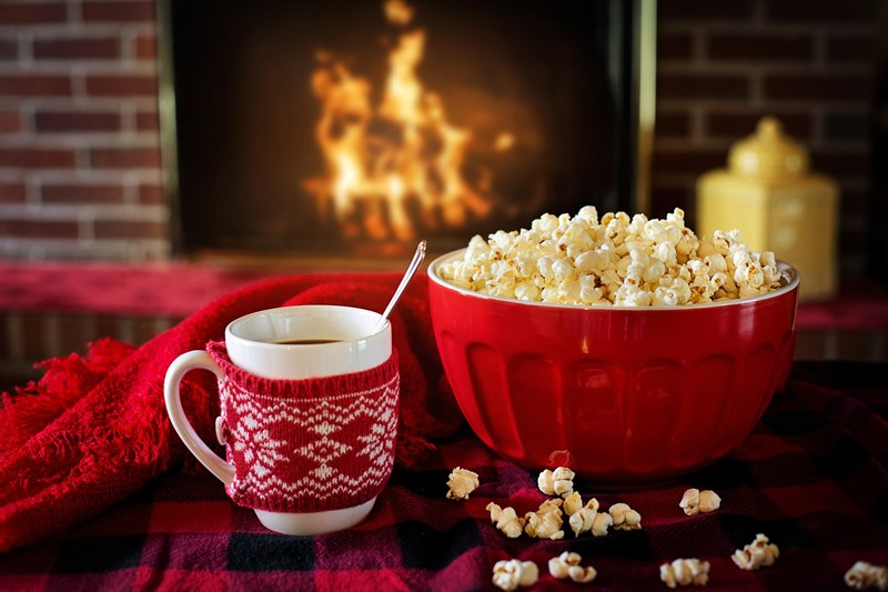 au chaud dans un plaid avec un bon feu ou un bon film