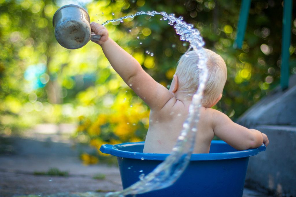 donner plusieurs bains par jour à bébé pendant la canicule
