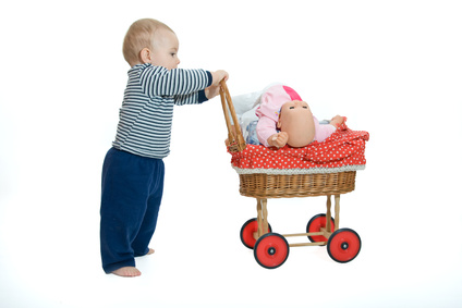 Petit garçon jouant à la poupée