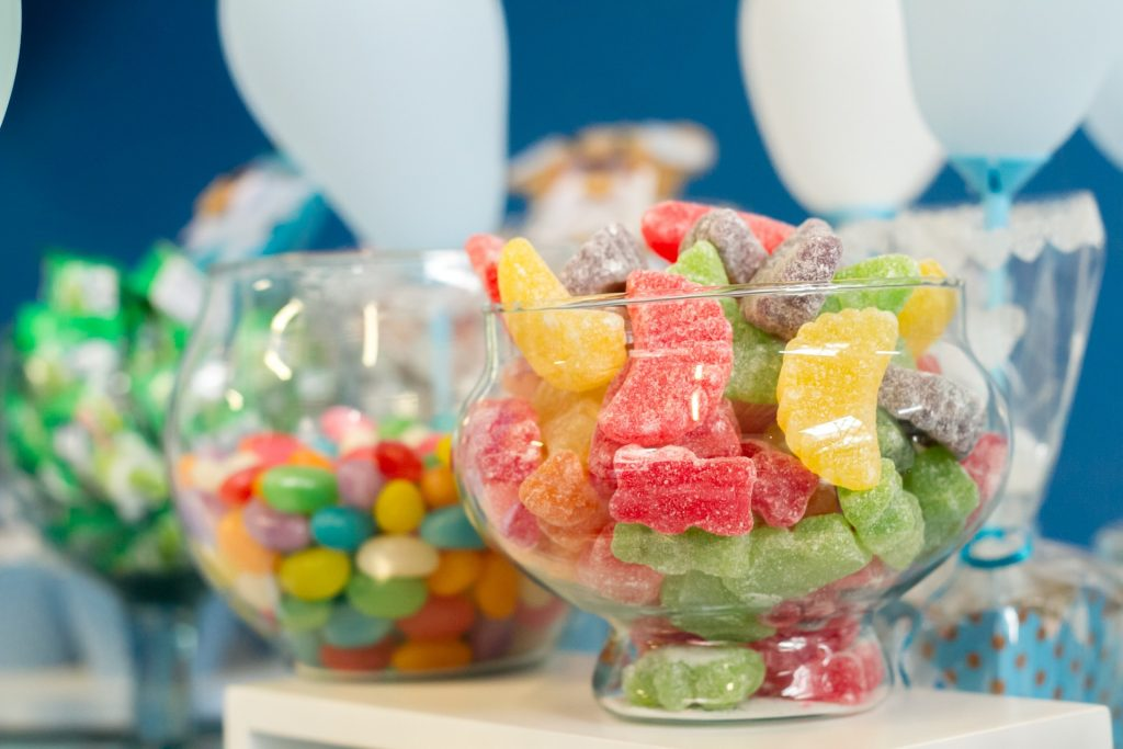 Prévoir beaucoup de bonbons pour un anniversaire réussi