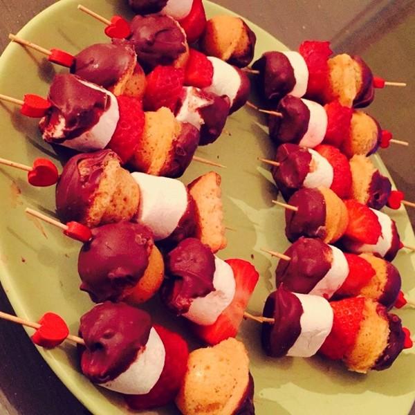Les brochettes sucrées chamallow, fraise et pop cake !