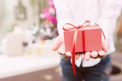 astuces pour dépenser moins à Noël: offrir des cadeaux à moins de personnes