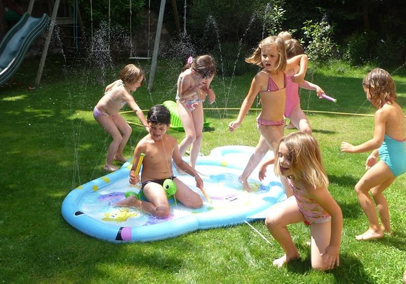 jeu d'eau avec les enfants pendant la canicule