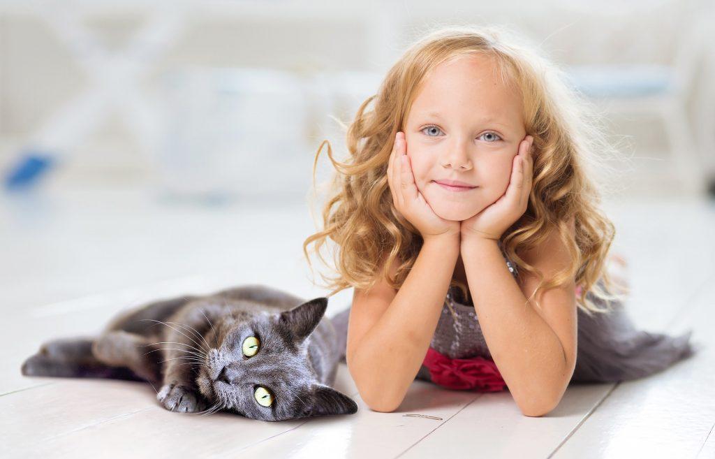 le chat réconforte les enfants