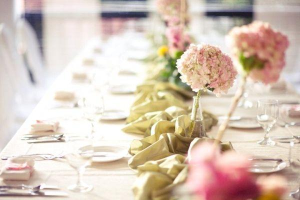 Organiser un baptême ou une communion - table bucolique avec des fleurs fraîches