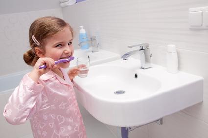 Apprendre à son enfant à devenir écolo: laver-ses-dents-sans-laisser-couler-l-eau