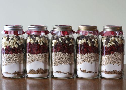 astuces pour dépenser moins à Noël: mettre les ingrédients de sa super recette de gâteau dans une jar à offrir