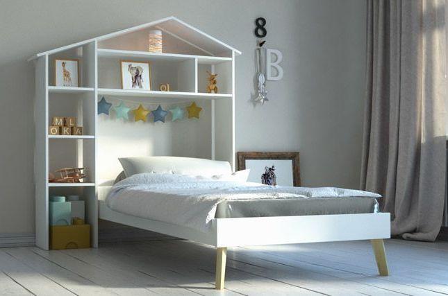 Souvent, les chambres des enfants sont petites, plus petites que la chambre des parents, ce qui m'a toujours semblé assez illogique vu que les enfants passent plus de temps dans leur chambre que les parents (ça doit être à cause du grand lit à caser !) ! Du coup, on cherche des astuces et des meubles malins pour y optimiser l'espace de façon à trouver des solutions pour : - réussir à stocker leurs jouets sans que la chambre ressemble à un magasin de jouet - pouvoir la ranger facilement - leur laisser de l'espace pour jouer - avoir un endroit pour travailler et ranger les affaires de classe Voilà donc nos 5 idées pour y répondre et optimiser ainsi une petite chambre d'enfant ! lit-enfant-tete-de-lit-rangements ©miliboo.com 1- Choisissez à minima un lit avec des tiroirs Choisir un lit d'enfant n'est pas anodin ! Et d'une, le lit doit évoluer avec l'enfant, puisqu'on va le choisir quand il est encore tout petit au moment où son lit de bébé n'est plus adapté et qu'il va le garder longtemps ... Allez, on va dire jusqu'à ce qu'il vous demande s'il peut passer sur un grand lit !!! Et de deux, il doit garantir confort et sécurité à la chair de notre chair !!! Si en plus, la chambre n'est pas grande et qu'on n'a pas comme projet de déménager dans les années qui viennent, le choix du lit de votre enfant mérite vraiment réflexion ! On vous conseille à minima un lit avec de grands tiroirs en dessous qui permettront d'y ranger une grande partie des ses affaires, que ce soit, jouets, jeux de société, vêtements ou chaussures. Faites attention à la qualité des tiroirs et des roulettes, qui, s'ils sont ouverts plusieurs fois par jour pendant des années nécessitent d'être de super qualité. lit-avec-rangement ©houseandgarden-discount.com Encore mieux, le lit gigogne avec des tiroirs de rangement qui permettra à votre enfant d'inviter un copain ou une copine facilement. Le top du top pour les chambres vraiment petites : le lit bureau combiné avec des rangements. Multi-fonction, le lit 