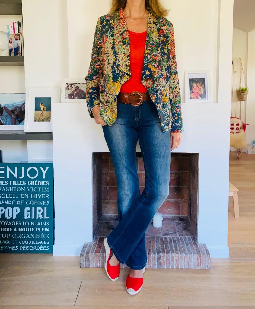jean flare et veste colorée - look Femmes Débordées