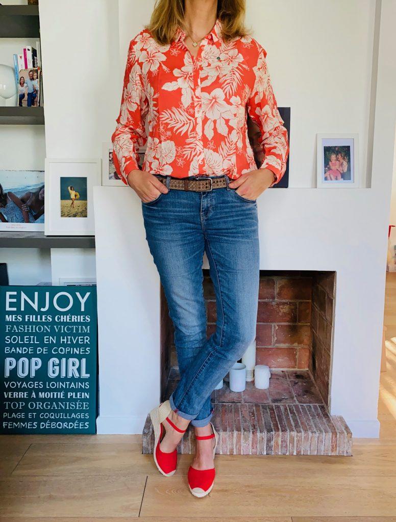 Fleurs exotiques et sandales vermillon - Look Femmes Débordées