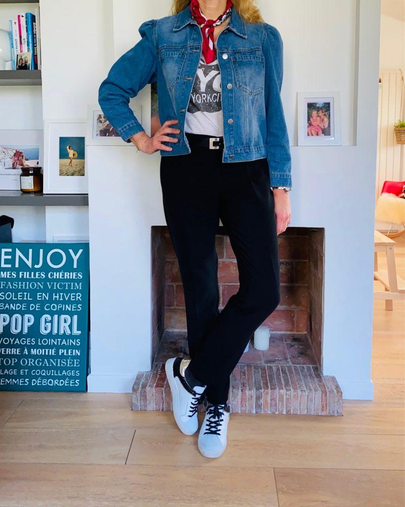 pantalon noir et veste en jean - look Femmes Débordées