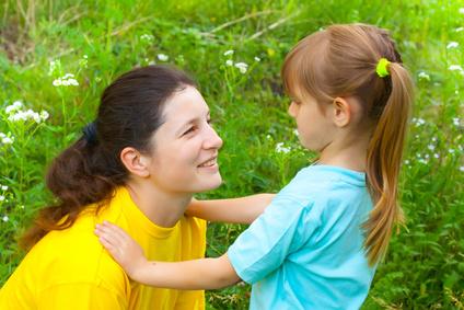 maman-accroupie-devant-enfant