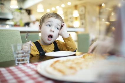 occuper son enfant au restaurant