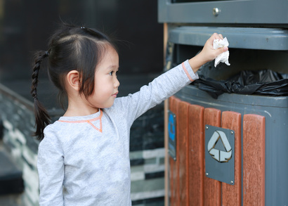 Apprendre à son enfant à devenir écolo en jetant à la poubelle