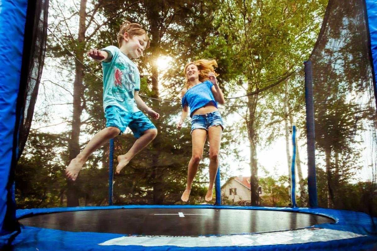 Pourquoi installer un trampoline dans le jardin est une super idée pour toute la famille ?