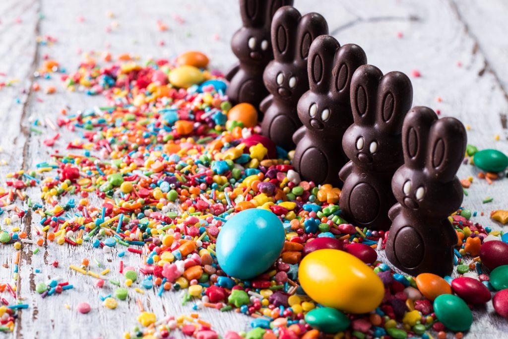 Oeufs de Pâques en chocolat, lapin et cocottes en ligne