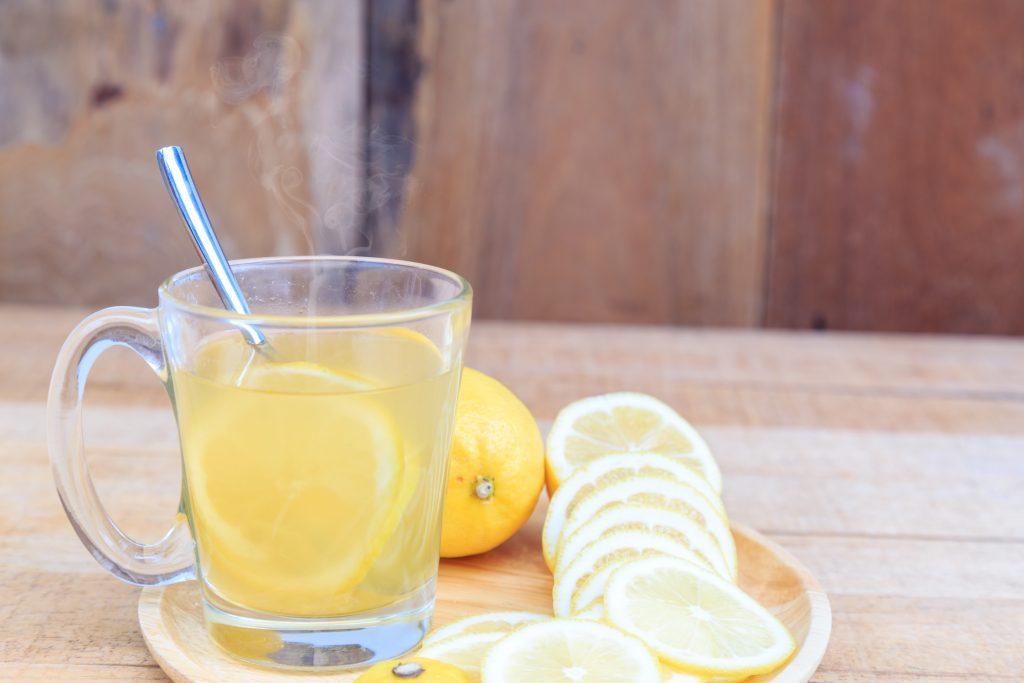 Les 4 bienfaits de l'eau tiède au jus de citron à jeun le matin