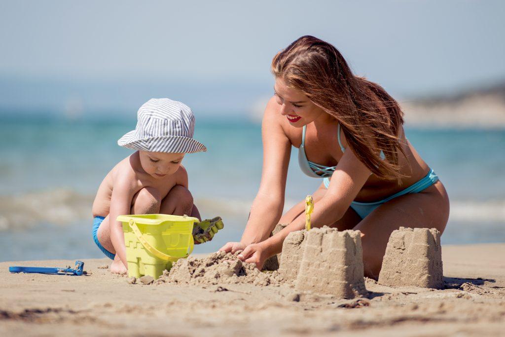 Assurer à la plage avec un enfant de moins de 5 ans