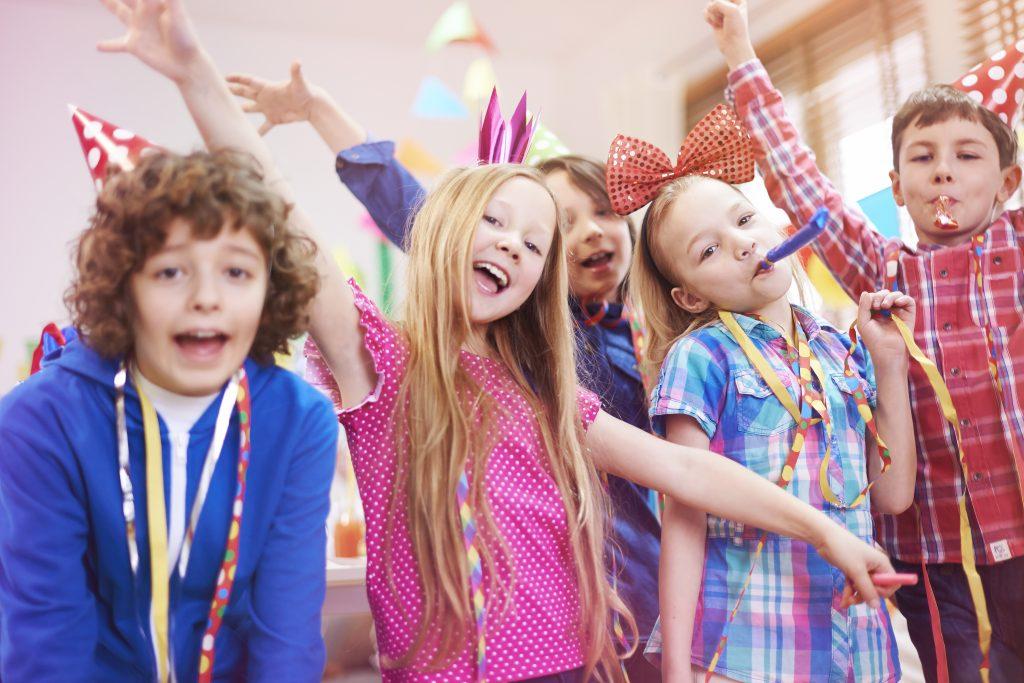 Anniversaire à l'intérieur : comment gérer 10 gamins surexcités dans un salon de 25 m² !