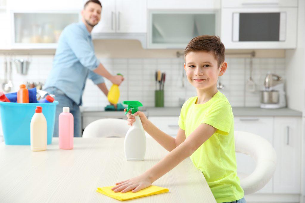 Se faire aider par les enfants à la maison