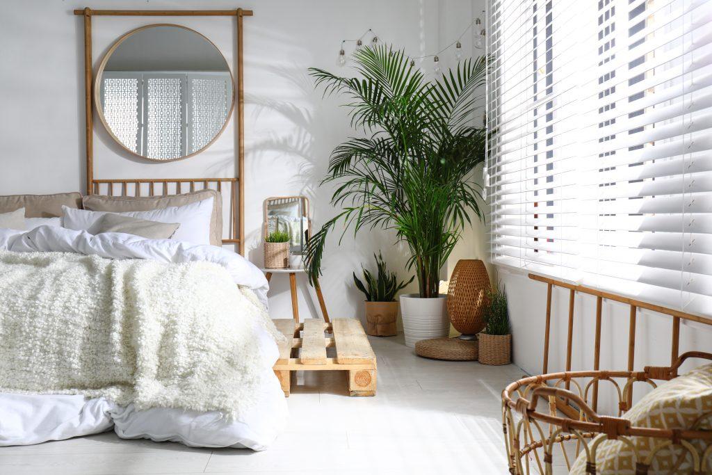 Rideaux ou stores dans une chambre, que choisir pour bien dormir ?